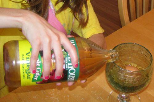 pouring-vinegar