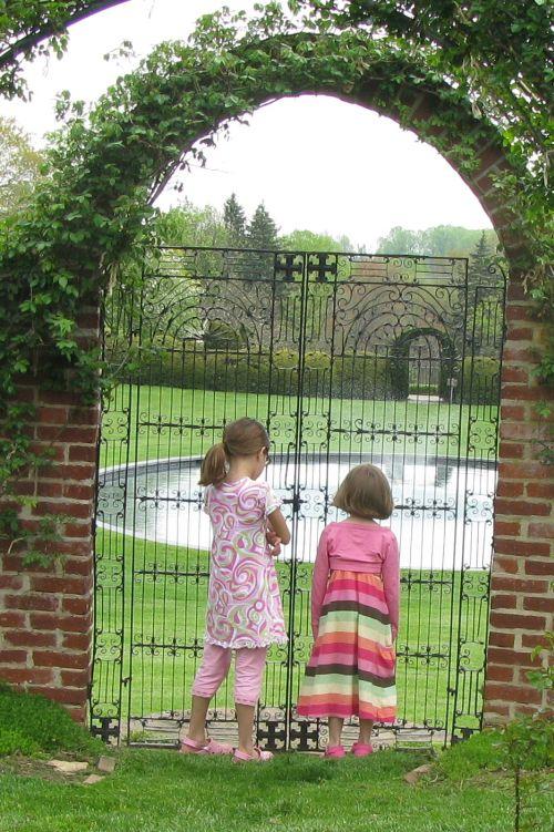 girls-at-gate1