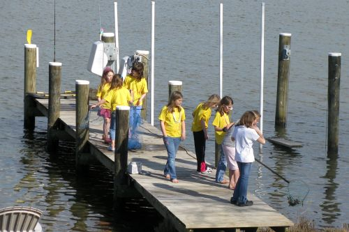 girls-on-pier